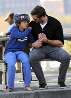 Hugh and Oscar having a father/son moment Hugh Wolverine, Hugh Michael Jackman, Hugh Jackman, Daddy And Son, Father And Son, Film Genres, Australian Actors, Sean Connery, Toddler Girls