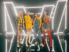 Moonbyul, solar, hwasa y wheein Kpop Girl Groups, Korean Girl Groups, Kpop Girls, Stage Outfits, Kpop Outfits, K Pop, Divas, Outfits Fiesta, Rapper