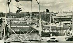 E55 te Rotterdam. De locatie was rond de Westzeedijk,zie de kabelbaan, opgebouwd was ter gelegenheid van de floriade eind vijftiger jaren in de oude Ahoy (bij het dijkzichtziekenhuis) en het Park  Net onder het liftstoeltje kun je het gebouw zien van het Museum voor Lucht- en Scheepvaart en het Maritiem Museum Prins Hendrik.