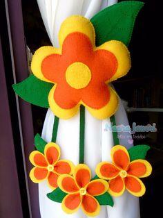 Prendedor de Cortina Flor em feltro, by Naara Janeri - Artes em Tecidos Instagram: @naarajaneritecidos Curtain Holder, Curtain Ties, Felt Flowers, Fabric Flowers, Felt Crafts, Diy And Crafts, Sewing Crafts, Sewing Projects, Diy Y Manualidades