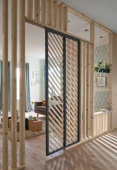 separateur de piece, portes coulissantes en bois clair et métal nuances foncées, ambiance arty, sol en parquet lisse clic clac