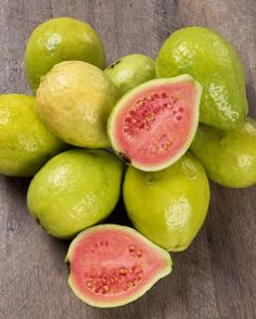 guava - foods high in vitamin c Fruits Name With Picture, Fruit Picture, Detox Juice Recipes, Juicer Recipes, Salad Recipes, Guava Fruit, Fruit List, Fruit Photography, Healthy Diet Tips