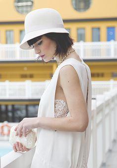 Cheveux courts accessoirisés d'un chapeau rétro d'Elise Hameau