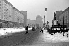 Berlin-Friedrichshain, Lebuser Straße, 1955. Der Verkehr ist übersichtlich, die Türme am Strausberger Platz wachsen in die Höhe.