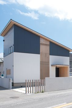 Architecture in Japan Japan Modern House, Modern Tiny House, Japan Architecture Modern, Interior Architecture, Style At Home, Narrow House Designs, Tiny House Exterior, House Stairs, Exterior Design