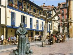 """La escultura """"Vendedoras"""", junto al Mercado del Fontán de Oviedo"""