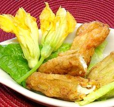 Flores de calabacita rellenas de queso y capeadas -- un manjar muy mexciano .// Squash blossoms (zucchini flowers) stuffed with cheese, lightly battered and fried -- a true Mexican delicacy.