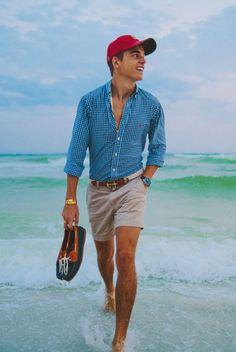 Me gusta la camisa porque es azul. Yo llevo un camisa azul en la playa, a pesar de eso yo vivo en un ciudad no vivo en la playa. La camisa y los pantalones cortos es perfecto. Yo prefiero la camisa con un pantelones verdes.