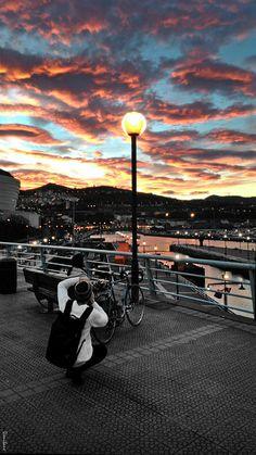 Moteada puesta de sol en la ciudad de Bilbao, Portugal. Guggenheim Bilbao, Basque Country, Barbados, Spain, River, Sunset, Concert, City, Travel Plan