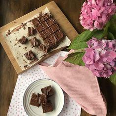 Easy Weetbix Slice - Classic Kiwi recipe by VJ cooks + 1 minute VIDEO Chocolate Weetbix Slice, Chocolate Flapjacks, Chocolate Oatmeal, Kiwi Recipes, Whole Food Recipes, Yummy Recipes, Baking Recipes, Recipies, Dessert Recipes