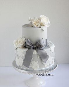 Marsispossu: Hääkakku valkoisilla ruusuilla, Wedding cake with white roses