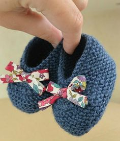 Here are baby booties size 3 months, which I realized in Katia . - - Here are baby booties size 3 months, which I realized in Katia promo end. Liberty baby booties C & # is a … Booties Crochet, Crochet Baby Socks, Crochet Baby Clothes, Baby Booties, Baby Shoes, Kids Crochet, Knitted Baby, Baby Knitting Patterns, Baby Clothes Patterns