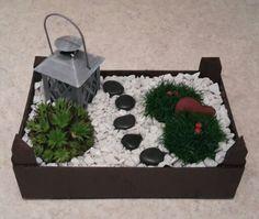 Aus einer angestrichenen Mandarinenkiste wird...mit Erde, Steinen, Pflanzen und Deko...ein Minigarten :)