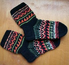 Tällaiset niistä sukista sitten tuli! Piti aika pikapikaa neuloa, että saan ne pakettiin ja postiin. Uskallan ne nyt jo näyttääkin kun suk... Chrochet, Knit Crochet, Marimekko Fabric, Knitting Socks, Knit Socks, Colorful Socks, Knitting Projects, Mittens, Weaving