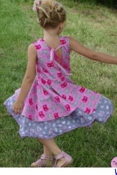 Patron couture gratuit robe qui tourne pour enfants Little Girl Dresses, Girls Dresses, Summer Dresses, Recycle Old Clothes, Coin Couture, Couture Bb, Sewing Online, Baby Sewing, Baby Bibs