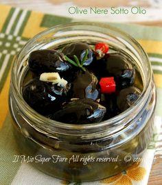 Olive nere sott'olio ricetta il mio saper fare Olive Pickle Recipe, Antipasto, Maple Mustard Chicken, Pesto Dip, Ricotta, Pickled Garlic, Romanian Food, Savory Snacks, Preserving Food