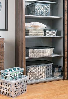 Herum rollende Stifte? Ab in die Box. Verstreute Socken? Ab in die Box. Schmutziges Geschirr? Ab in die ... oh, Moment! Vielleicht lösen sie nicht jedes Problem, doch in den meisten Fällen sind Aufbewahrungsboxen eine riesige Hilfe. Color Box, Moment, Rattan, Bookcase, Chrome, Shelves, Storage, Table, Furniture