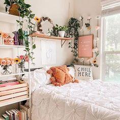 Cantinho aconchegante da @astoldbymichelle ✨ #ideiasdiferentes Via: @diyhomebr Cool Dorm Rooms, Dorm Room Themes, Cute Room Decor, Cheap Room Decor, Cool Home Decor, Small Room Decor, Home Decoration, Room Ideas Bedroom, Bedroom Inspo
