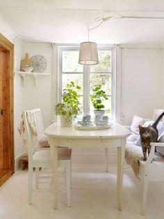 ℒÄℳNAᎠᏋ STAN ℱÖR ᏋTT ℛÖTT ℒITᏋT TᏫRᎮ I SᏦᏫᎶᏋN: Huset är litet, charmigt och enkelt inrett. Här finns inte plats för stora möbler; i stället är rummen inredda med nätta gamla bruksföremål, pinnstolar och små träbord.