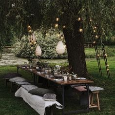 Des luminaires suspendus aux arbres pour un air champêtre