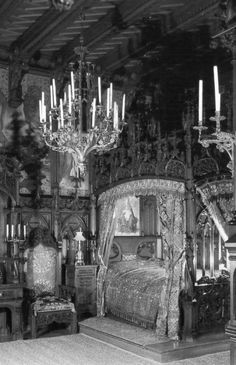 The griffin bed in the O'Griofa suit, of Tullamore Castle? If the curtains were emerald green I'd say yes. Phantom lovers can materialize in this bed so watch out.
