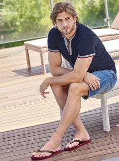 what a beautiful Man with flawless skin Short Hair With Beard, Mens Beach Shoes, Bare Men, Barefoot Men, Mens Flip Flops, Male Feet, Celebrity Feet, Male Beauty, Models