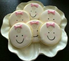 So cute...baby cookies using a round cookie cutter. Great selection of cookie cutters at https://cookiecutter.com/