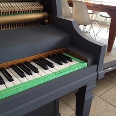 Blog post detailing how to paint a piano with chalk paint