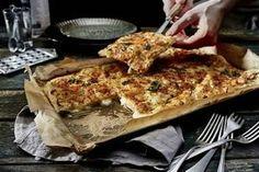 Argentinische Fugazzeta-Pizza Rezept: Stücke,Hefe,Zucker,Mehl,Salz,Olivenöl,Zwiebeln,Mozzarellakäse,Parmesankäse,Pfeffer,Majoran,Hände,Backpapier