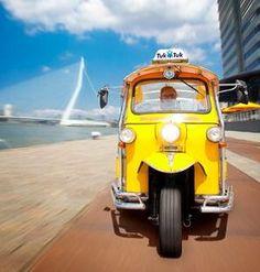 Ontdek de Rotterdamse binnenstad op een unieke manier met de kleurrijke TukTuk! De gemotoriseerde 'grasmaaiers' zijn in Aziatische landen en met name in Thailand een bekende vorm van openbaar vervoer. Het is een gemotoriseerde riksja waarin een aantal passagiers vervoerd kunnen worden. Voor de aandrijving wordt een tweetakmotor gebruikt die een karakteristiek toek-toek-geluid voortbrengt. Daarmee …