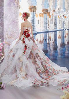 Precioso vestido blanco con rosas.