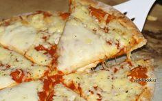 Dukanova pizza: Pizza  Ingredience: 3 lžíce ovesných otrub, 2 lžíce jogurtu, 1 vejce, špetka soli, sýr, protlak, česnek, šunka Smícháme otruby se solí, jogurtem a vejcem. Vytvoříme na pečícím papíru placku a dáme péct na 8 minut do vyhřáté trouby na 180 - 200°C. Pak potřeme placku protlakem s česnekem, přidáme šunku a posypeme sýrem. Pak pečeme ještě necelých 10 minut Low Carb Recipes, Healthy Recipes, Pizza Ingredients, Dukan Diet, Main Meals, I Foods, Ham, Clean Eating, Food And Drink