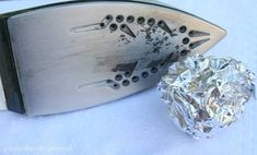 Aluminum Foil Hacks: All the Ways That This Foil Can Change Your Life - page 6 of 78 - Living Magazine Oven Cleaning, Cleaning Hacks, Aluminum Uses, Grease Stains, La Pile, How To Remove Rust, Life Page, Steel Wool, Vinyl Tiles