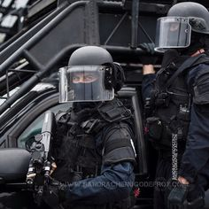 Gendarmes du GIGN devant leur swatec [Ref:1009-02-0464] #Gendarmerienationale #gendarmerie #GIGN #groupedinterventiondelagendarmerienationale #sof #specialforces #commando #balaclava #regard #swatec #P90 #casque #vehicule