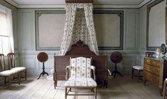 Skogaholm herrgård, Skansen, Stockholm. Friherrinnans sängkammare med utdragssäng. Bord  och stolar har målats för  att imitera mahogny.