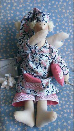 Милая кукла ручной работы Сонный Ангел - блондин в пижаме, с подушкой и в ночном колпаке. Изготовлен из натуральных тканей с наилучшими пожеланиями добра и счастья. Прекрасный изысканный подарок и одновременно оберег. Возможно изготовление с учетом ваших пожеланий). Киев - возможна встреча и передача куколки из рук в руки.