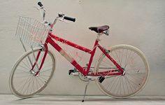 Enquanto não está em ação, a bicicleta adquire mais vida e cor. Estacionada no corredor de entrada do apartamento, a peça de alumínio teve o corpo e a roda traseira trespassados pelas luzinhas de LED vermelhas.