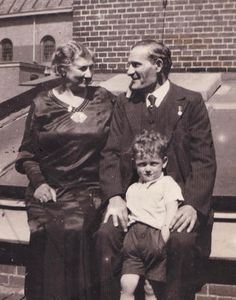 Salomon Sanders, met zijn grootouders Salomon Mozes en Sara Sanders-Tokkie. 9 Year Olds, Abraham Lincoln, Dutch, Angels, Kids, Beautiful, Young Children, Boys, Dutch Language