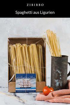 Spaghetti sind ein Geschenk Italiens an die Welt. Jeder kennt sie, jeder liebt sie. Perfekt geeignet für jede Art von Saucen und Sughi haben sie die italienische Pasta weltweit auf unsere Teller gebracht. Die typisch runden und lang gebogenen Nudeln, deren Name sich vom italienischen Wort spago für Schnur ableitet, ist die bekannteste Nudelform. Italian Words, Italian Pasta, Noodles, Spaghetti, Plates, Teller, Gourmet Foods, Twine, Gift