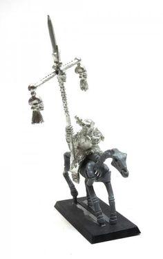 Ein berittener Armeestandartenträger der Gruftkönige von Khemri aus Metall