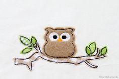 Eule Ursula auf einem Ast - Eulen Doodle Stickdatei von KerstinBremer.de. So cute! ♥ Owl doodle applique machine embroidery design.  Freehand machine embroidery style.  #sticken #eulenliebe #nähmalen #owllove