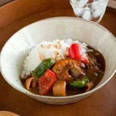 Curry and rice with Seafood.This food is very famous Japanese food.This pottery is a work of Shinji Akane who is a popular director of Minou-Yaki.