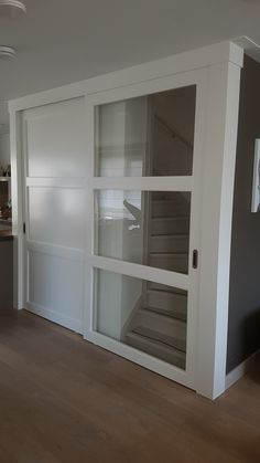 Rimo Schuifdeuren voor trap naar boven en trappenkast. Alles opmaat gemaakt en compleet gespoten geleverd.