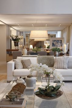 Biała sofa w salonie i beżowe ściany