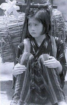 During wartime fuel shortages, Japanese school children were pressed into gathering material to make charcoal. Japanese Beauty, Japanese Girl, Vintage Japanese, Japanese School, Old Pictures, Old Photos, Vintage Photos, Japanese Photography, Vintage Photography