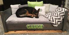 New diy dog bed frame mattress ideas Big Dog Beds, Cool Dog Beds, Pet Beds, Large Dog Bed Diy, Diy Vanity, Dog Bed Frame, Dog Bedroom, Pallet Dog Beds, Baby Mattress
