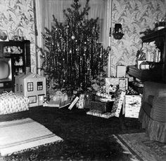 Freeport, IL * December 1958 This is what our living room looked like ! Old Time Christmas, Ghost Of Christmas Past, Old Fashioned Christmas, Christmas Morning, All Things Christmas, Christmas Holidays, Vintage Christmas Photos, Retro Christmas, Vintage Holiday