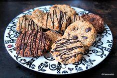 Tämän helpommin ei voi keksien teko enää tapahtua! Kyseessä on kahden raaka-aineen cookiet, joihin olen hiljattain törmännyt useampaankin otteeseen sekä koti-, että ulkomaisissa ruoka-/paleoblogeis… Two Ingredient Cookies, Cookies Ingredients, Shredded Coconut, Steak, Paleo, Pork, Banana, Diet, Healthy