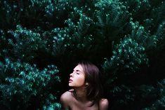 Através de ensaios cheios de sensibilidade, a fotógrafa Julia Kruger mostra a conexão entre mulheres e a natureza - Follow the Colours