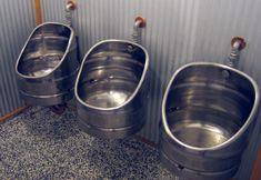 ACESSÓRIO PARA BANHEIROS MASCULINOS  Quem pretende instalar um modelo higiênico de urinol pode ter encontrado uma solução barata:barris de chope reciclados como mictórios.  Simples de fazer: o…